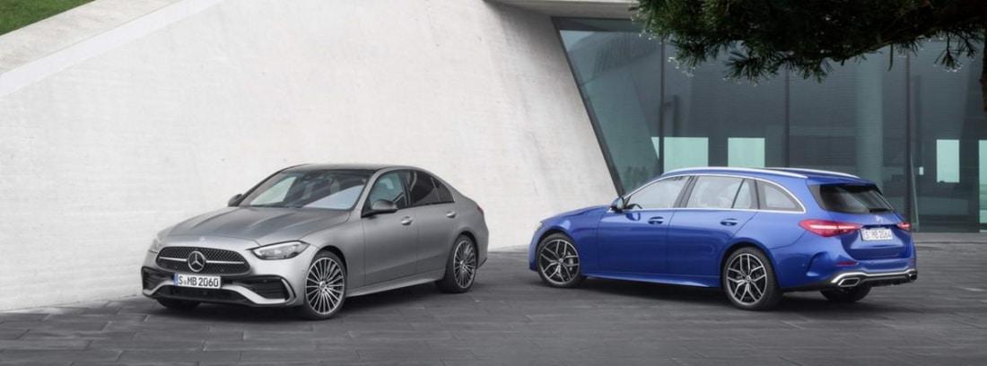 Dos coches mercedes azul y plata aparcados