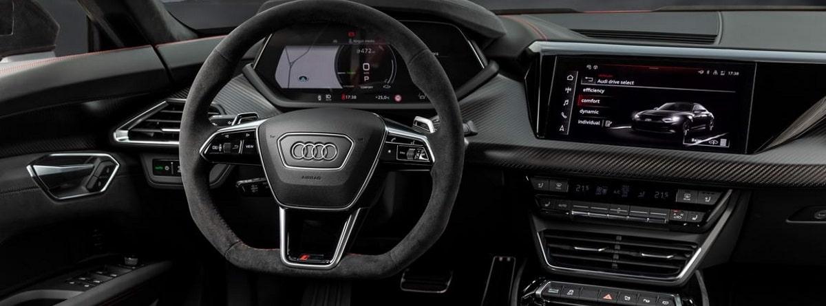 Interior del coche, con el volante, navegador y mandos