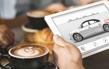 persona con una Tablet buscando coche por internet en una cafetería