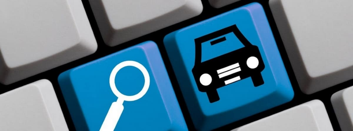 teclas de ordenador en color azul con una lupa y un coche