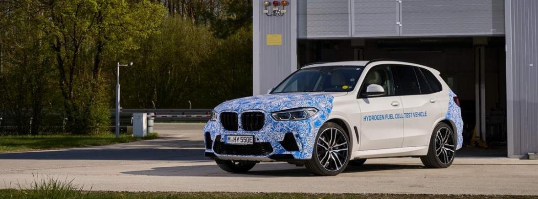 Coche nuevo modelo BMW i Hydrogen Next aparcado en la calle