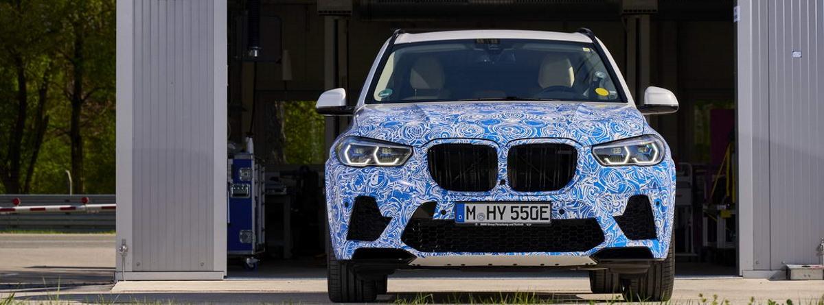 Parte frontal del BMW i Hydrogen Next, con los fatos, capó y diseño blanco y azul