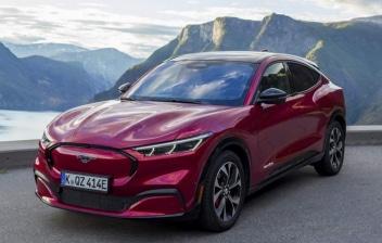 Coche nuevo modelo Mustang Mach-E en color rojo metalizado