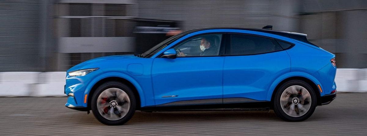 Lateral del Mustang Mach-E en azul metalizado