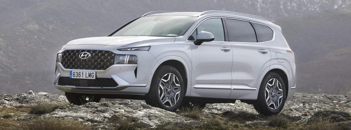 Hyundai Santa Fe 2021 en la montaña, visión frontal y lateral