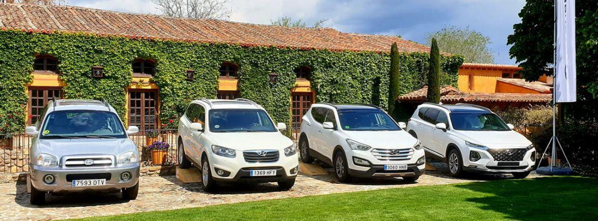 4 coches aparcados, modelo Hyundai Santa Fe 2021