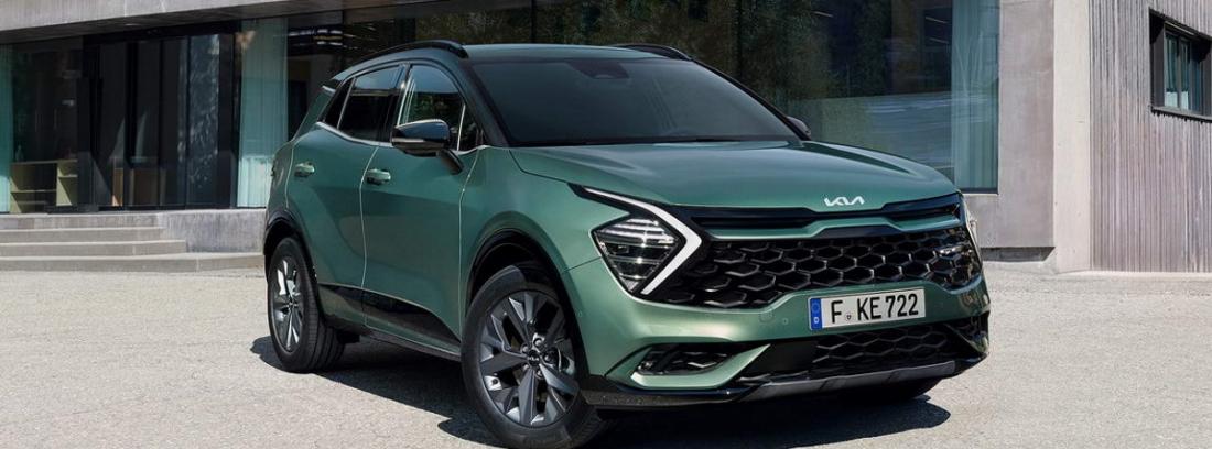 Coche nuevo modelo de kia Sportage en color verde estacionado en la calle
