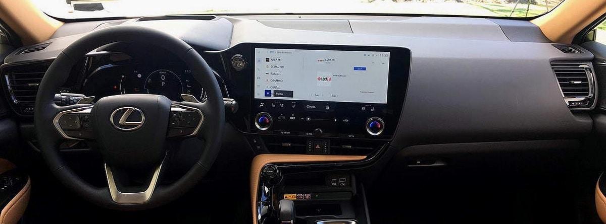 Volante, salpicadero y cuadro de mandos tecnológico del Lexus NX 2022