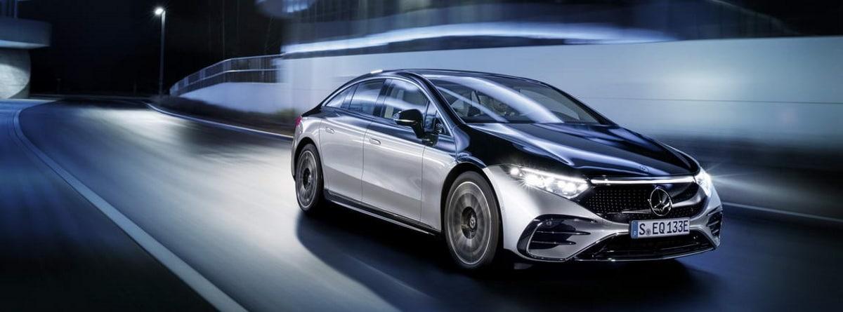 nuevo Mercedes Benz EQS circulando por la noche con las luces