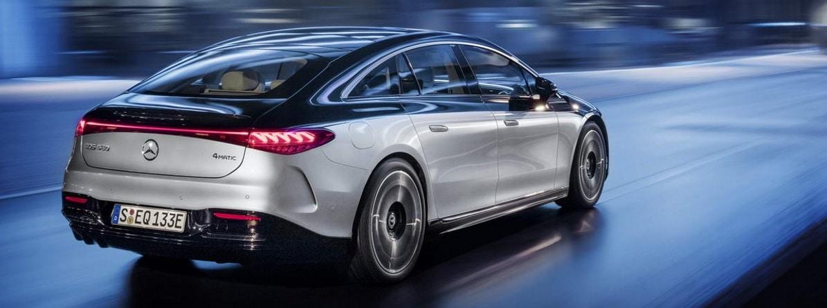 Visión trasera del Mercedes Benz EQS mientras circula por la noche