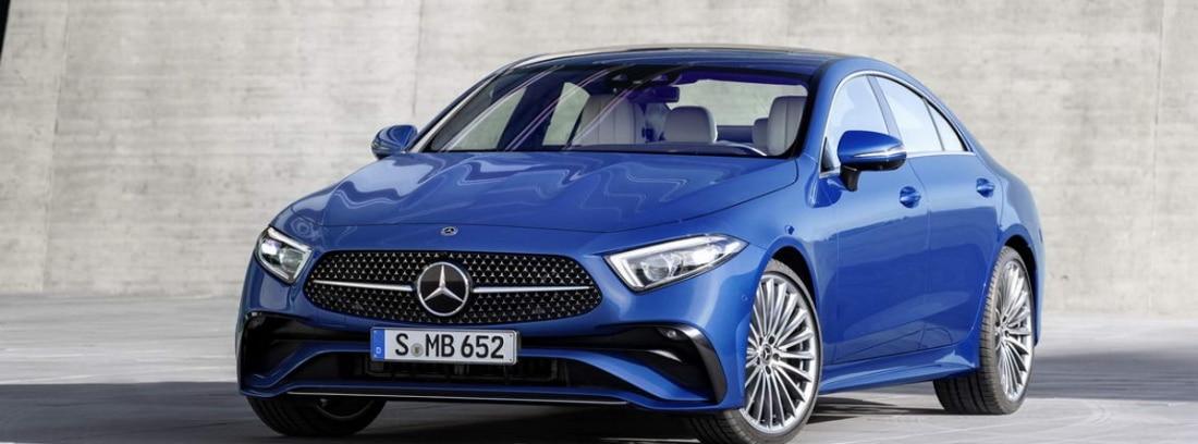Vista frontal del Mercedes-Benz CLS 2021 en azul