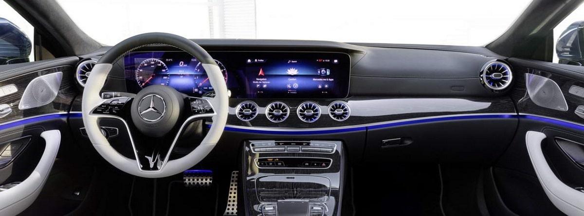 Vista del interior del CLS, volante, cuadro de mandos y salpicadero