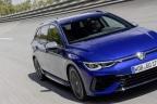 Volkswagen Golf R Variant azul circulando por la carretera