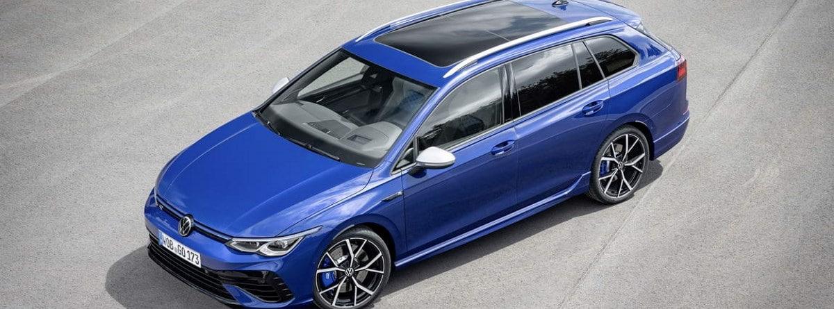 Volkswagen Golf R Variant azul parado en la carretera