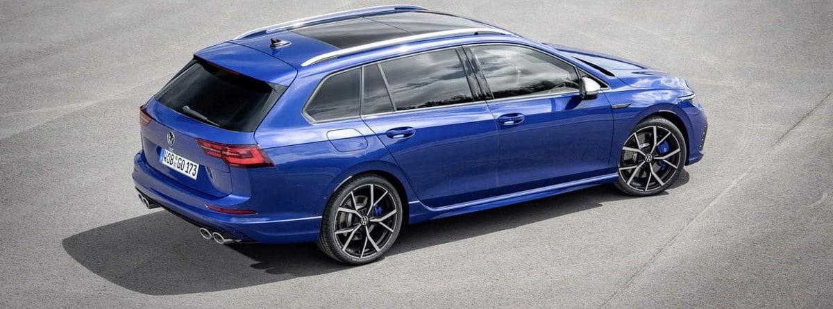 Vista lateral del nuevo modelo Volkswagen Golf R Variant azul, se ven las llantas, su longitud y maletero