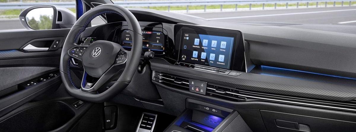 Volante, mandos y pantalla del Volkswagen Golf R Variant