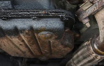 Vista de una fuga de aceite del motor a través del cárter