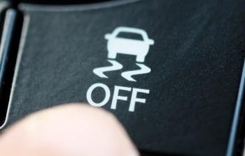 Mano desactivando el ASR de un coche