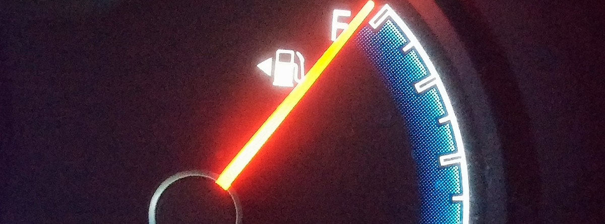 Indicador del nivel de combustible en un coche