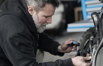 Hombre revisando el estado de una moto