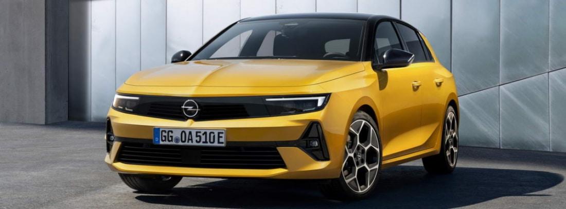 Coche Opel Astra aparcado en la calle
