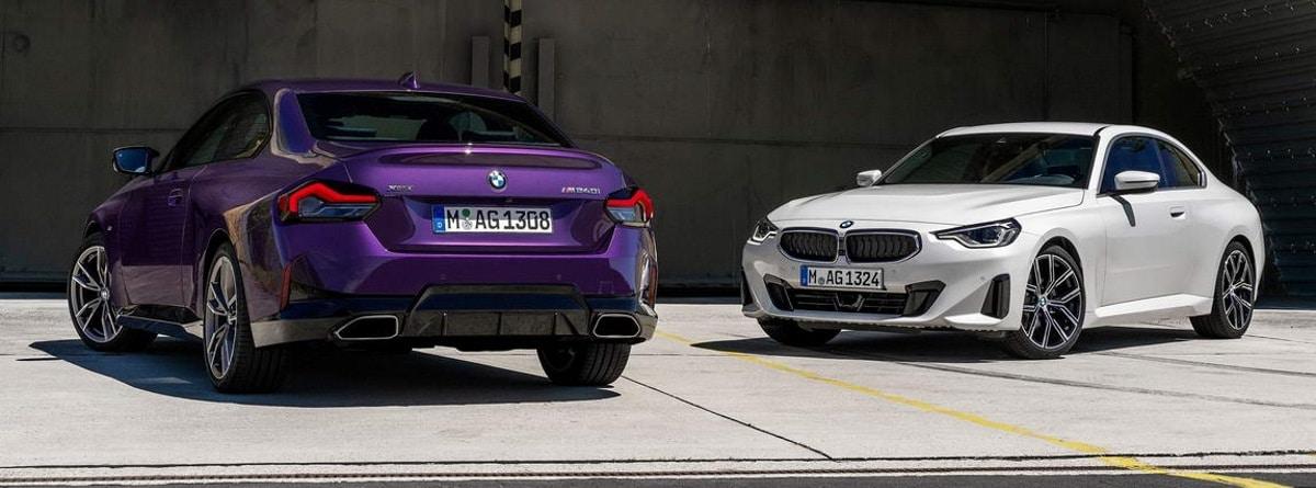Vista trasera y frontal de dos coches BMW serie 2 Coupé 2021 aparcados en la calle