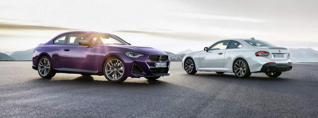 Dos coches BMW serie 2 Coupé 2021 aparcados en la calle