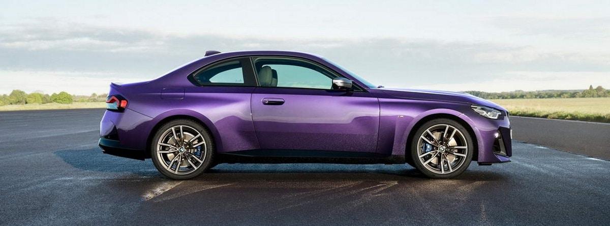 Visión lateral del BMW serie 2 Coupé 2021 morado