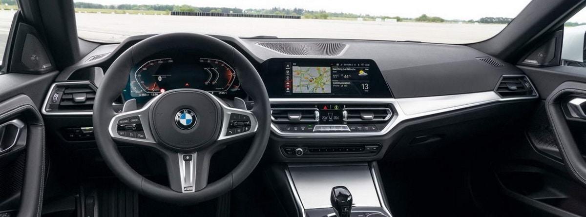 Volante, cuadro de instrumentos y pantalla digital del BMW serie 2 Coupé 2021