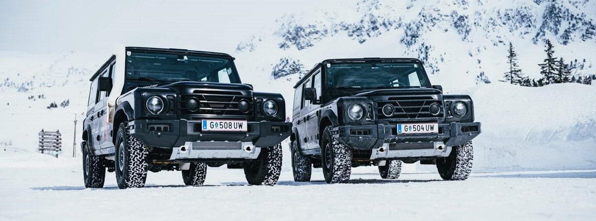 dos 4x4 Ineos Grenadier en la sierra cubierta de nieve