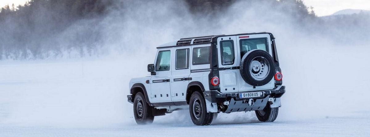 Nuevo 4x4 Ineos Grenadier blanco circulando por la nieve