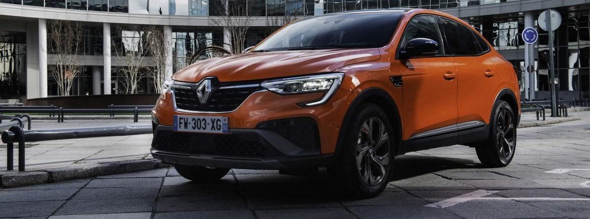 Parte frontal y lateral del nuevo Renault Arkana E-Tech