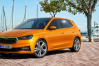 Nuevo Skoda Fabia2021 naranja aparcado en la calle