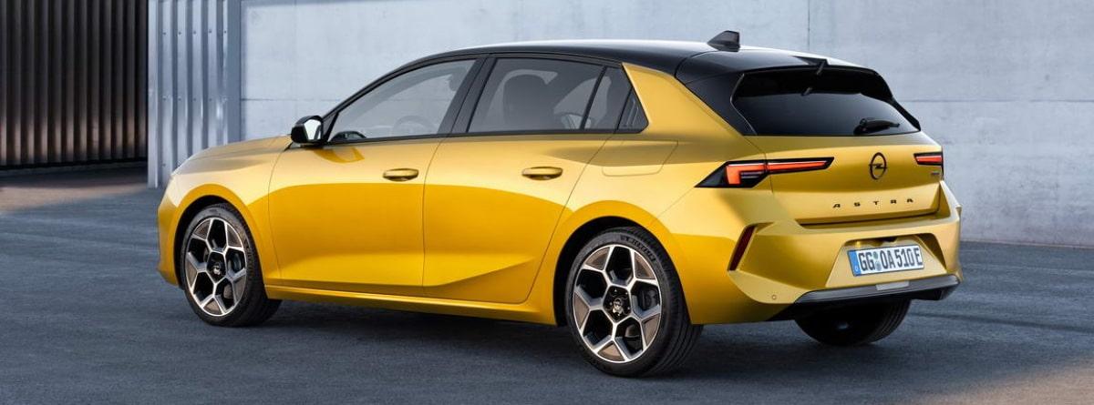 Vista lateral del Opel Astra dorado