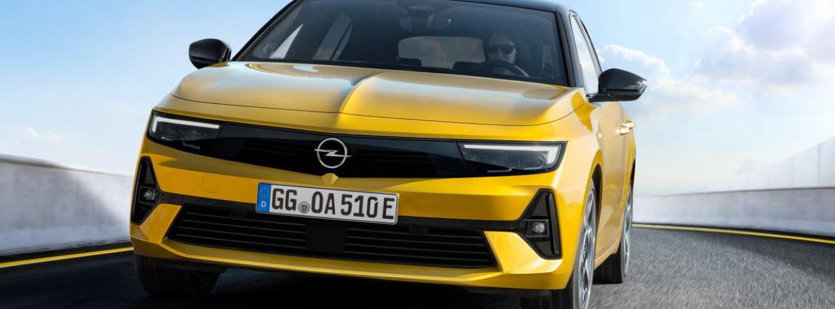 Parte frontal del coche Opel Astra circulando por la carretera