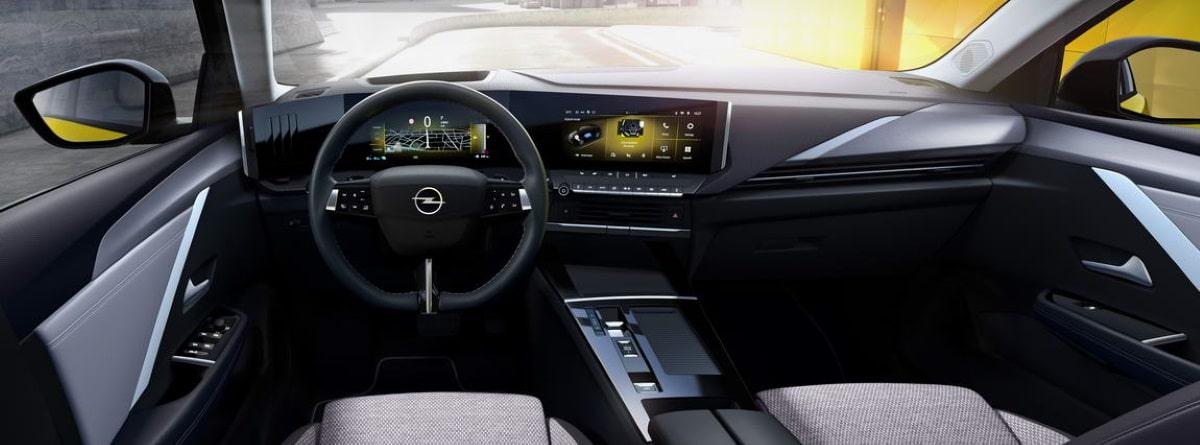 Interior digitalizado del Opel Astra 2021, volante, pantalla y cuadro de mandos