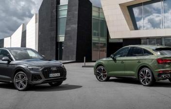 dos coches Audi Q5 Sportback aparcados en la calle
