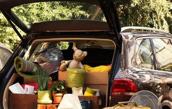 Coche con el maletero abierto y lleno de equipaje