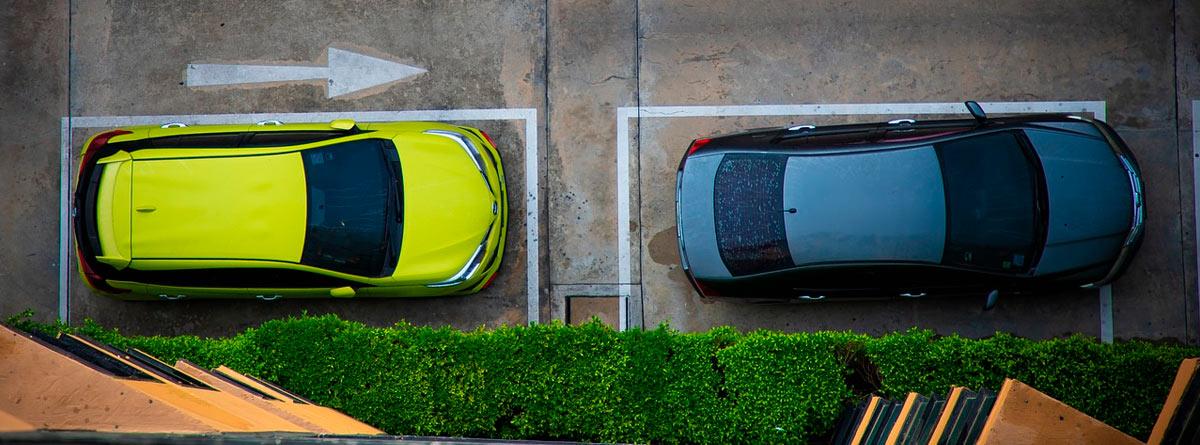 Coches aparcados en el sentido de la marcha