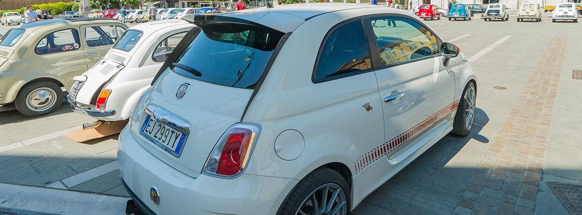 Vista trasera de un Fiat 500 blanco
